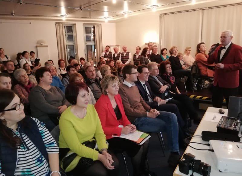 """Zuschauer der Ausstellungseröffnung """"Deutsche aus Russland"""" in der Stadtbibliothek Deggendorf am 19.02.2020"""