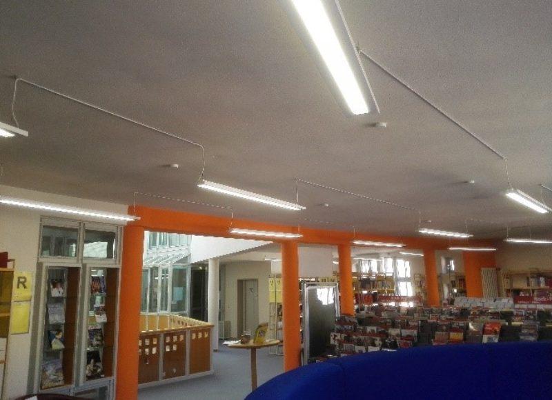 Ein Blick in das 1. OG der STadtbibliothek Deggendorf mit der CD-Abteilung und vor allem der neuen LED-Technik, welche in Form von Beleuchtung an den Decken sichtbar ist