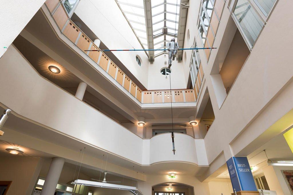 Der Innenbereich der Stadtbibliothek Deggendorf mit Sicht auf die 2 Obergeschosse